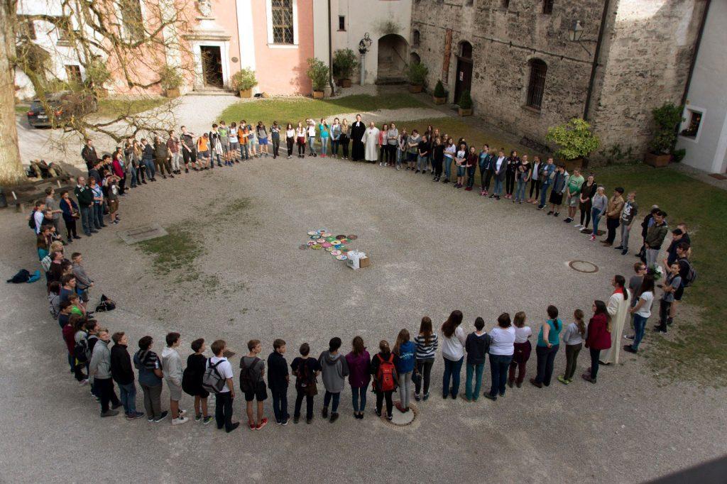Etwa 100 Jugendliche bilden auf Dekanatsjugendtag einen Kreis