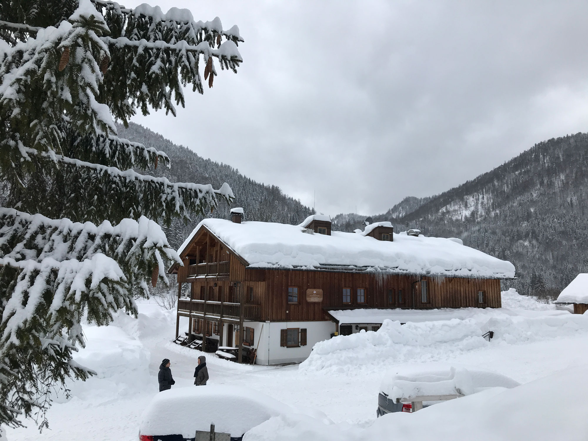 Seitenansicht des Jugendbildungshauses Wiedhölzlkaser in Winterlandschaft