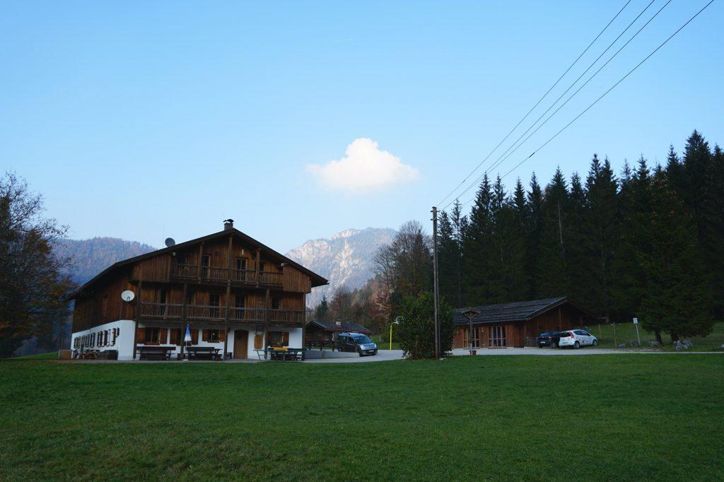 Frontansicht des Jugendbildungshauses Wiedhölzlkaser vor Bergpanorma