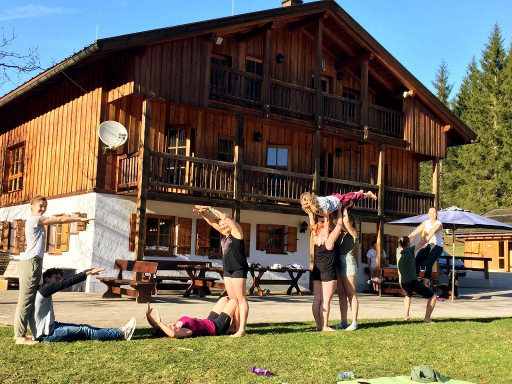 Akrobatikübung von Jugendlichen vor dem Jugendbildungshaus Wiedhölzlkaser