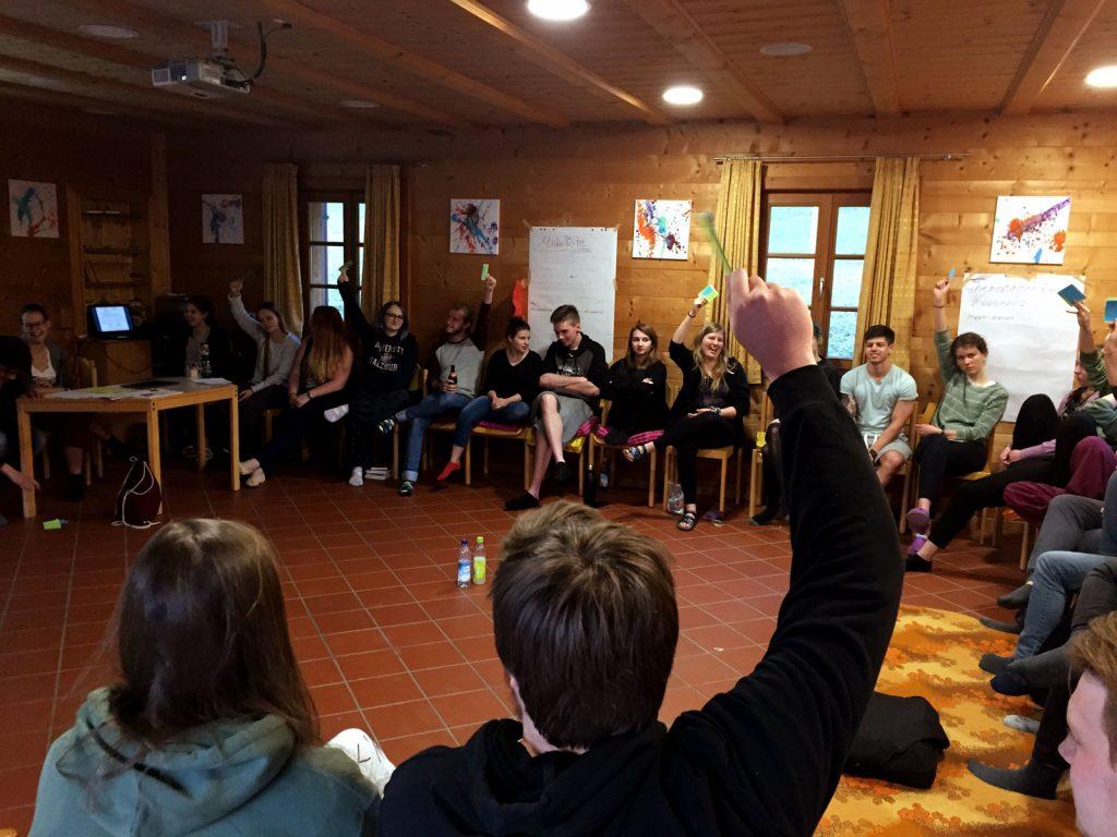 Versammlung von Delegierten auf dem Jugendkonvent der Evangelischen Dekanatsjugend Traunstein