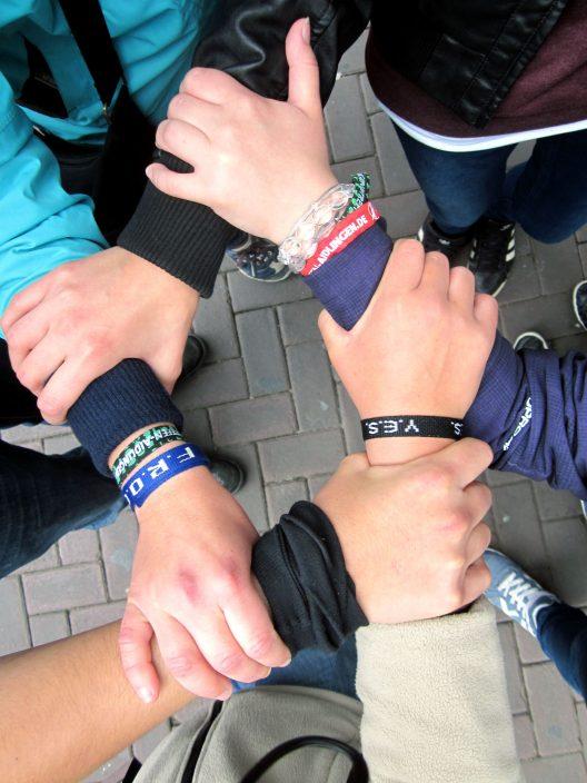 Fünf Jugendliche bilden einen Händekreis. Zusammenhalt ist zentral in der Evangelischen Dekanatsjugend Traunstein